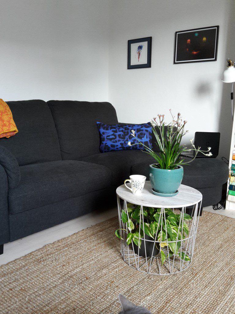 Neues graues Sofa mit Armlehnen und Hocker
