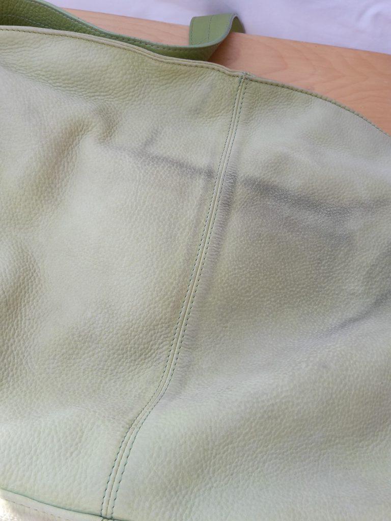 Grüne Handtasche von Esprit mit dunklen Flecken auf der Seite